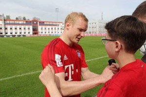 Sebastian Rode Stays On For a Spot Of Shirt Signing